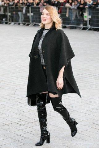 Le sfilate Chanel e Louis Vuitton chiudono la Parigi Fashion Week Autunno Inverno 2017/18. Lea Seydoux in stivali cuissardes lucidi neri e cappa arriva da Louis Vuitton, che ha sfilato al Museo del Louvre.