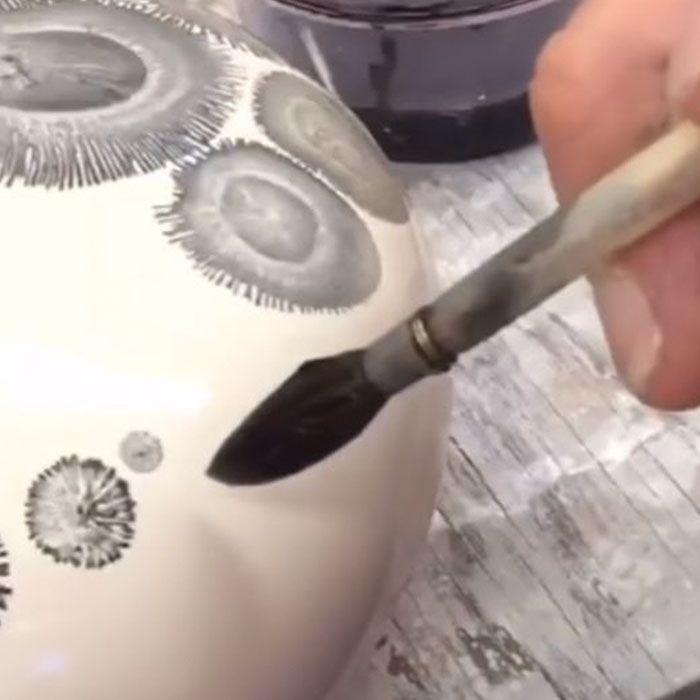 Kevin Kowalski is pottenbakker, scheikundige en kunstenaar. Op zijn potten van klein creëert Kowalski bijzondere designs die veel weg hebben van bladeren,
