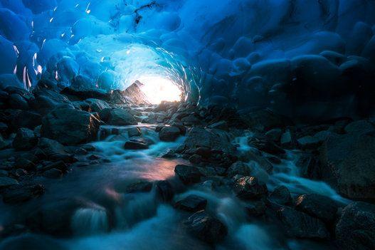 神秘的な空間 青く深く続くアラスカの氷の洞窟がまるで映画のよう【画像】