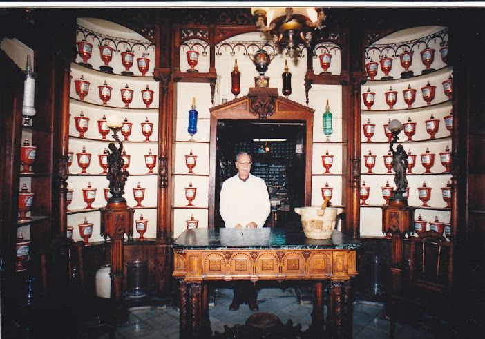 En este rincón mágico de Ana Ruiz-Seiquer Verdú, encontramos esta foto de los años 80´ donde aparece su padre, Don José Ruiz Seiquer, 3ª generación de farmacéuticos de una de las Farmacias más antiguas de España, donde nace Magister Formula, un ejemplo de vitalidad, dedicación y amor por el trabajo. Su testimonio en nuestras #pildorasdefelicidad // https://www.youtube.com/watch?v=5K85EBWdM-Y // recoge este espíritu inquieto e innovador, que aún a sus casi 90 años, permanece intacto.
