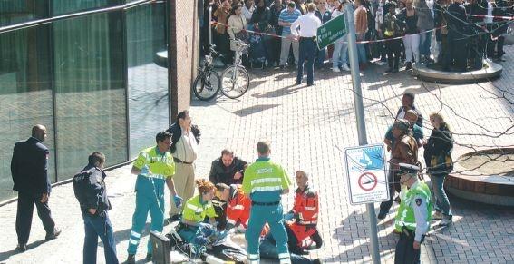 Het schietseizoen lijkt weer geopend in de Amsterdamse Bijlmer. In een etmaal raakten vier mensen gewond door vuurwapengeweld. Gisteren werd een man neergeschoten bij het drukke Bijlmerplein. Bij de politieachtervolging te voet die hierop volgde, raakten zowel de verdachte als een agent gewond in een vuurgevecht op de Kneppelweg. De avond ervoor kwam een 38-jarige man om het leven in een woonwijk in Gein.