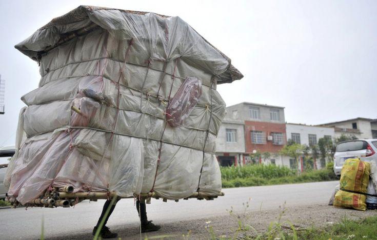 Se lo fanno le chiocciole, perché non anche gli esseri umani? Questa casetta è larga 1,5 metri e alta 2, pesa solo 60 kg ed è composta da lenzuola e fogli di plastica sopra un'intelaiatura di bambù. Liu Lingchao, il cinese che ne è creatore e proprietario, ha percorso 20 km al giorno trasportandola sulle spalle per 5 anni, finché non è riuscito a tornare alla sua città natale.