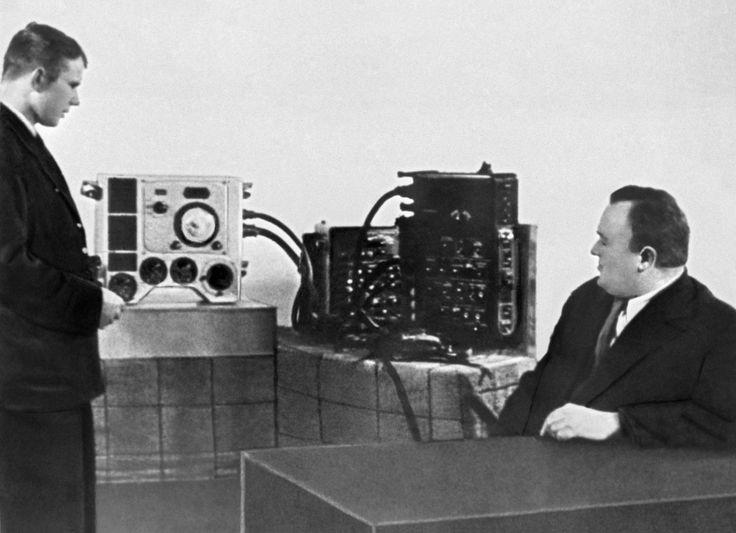 Академик Сергей Королев принимает у Гагарина экзамен по материальной части корабля «Восток-1». 01.01.1961