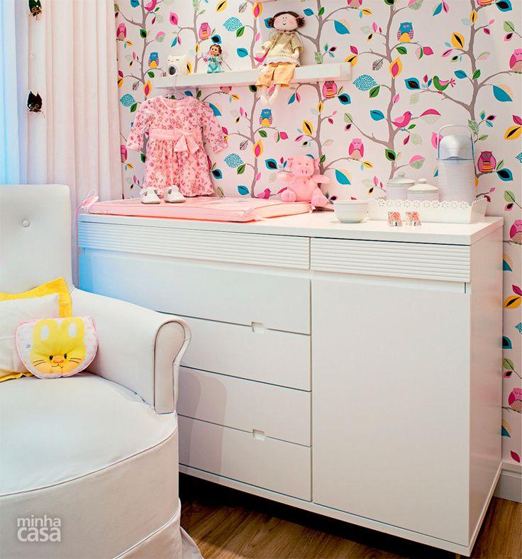 Quarto de bebê mescla azul, amarelo e rosa na decoração - Casa