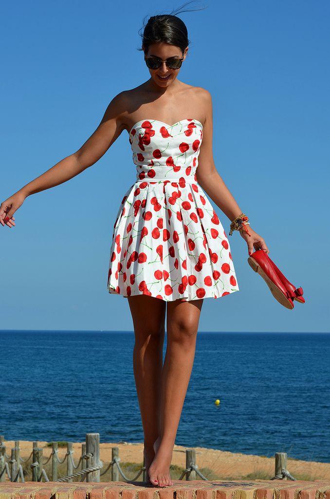 en short taille haute ou robe bustier