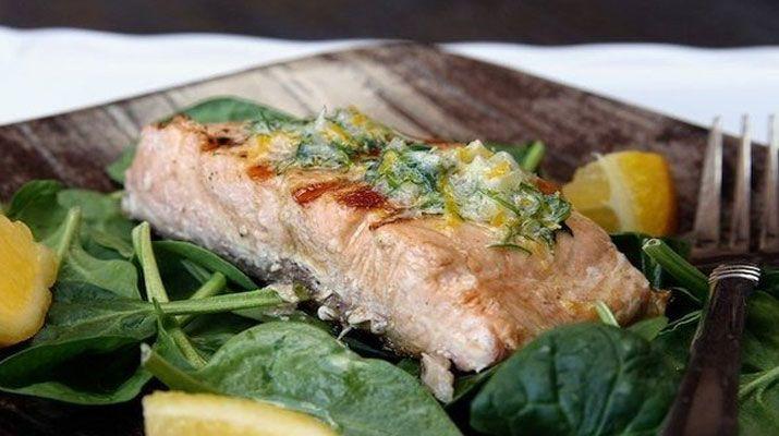 Жареный лосось с пряным маслом и лимоном
