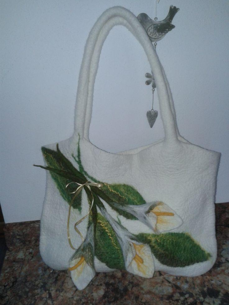 originál bílá kabelka s kalami vyrobená mokrým plstěním z jemné merino vlny