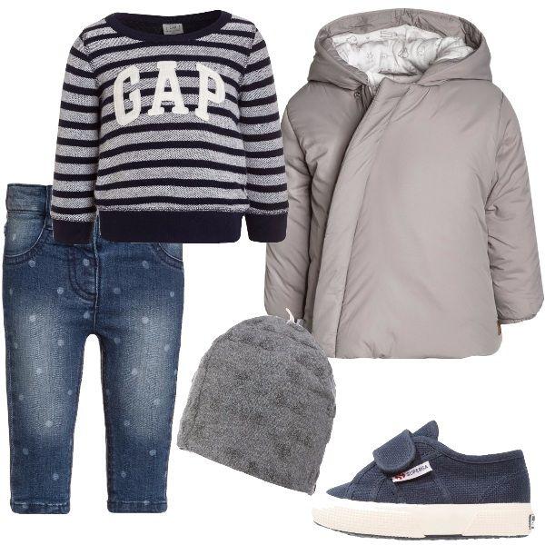Jeans in denim blu con stampa a pois, maglione a righe con logo, piumino con cappuccio e cerniera obliqua, sneakers con velcro e suola in gomma, berretto in fantasia melange.