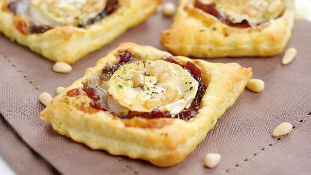 Toasts feuilletés au confit d'oignons et chèvre _ Recette de Blog _ http://www.cuisineaz.com/dossiers/cuisine/toasts-aperitif-noel-13892.aspx