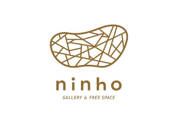 大阪の南森町にオープンするギャラリー&フリースペース「ninho」さんのコンセプトメイクからロゴのデザインを制作しました。 ninho/ニーニョはポルトガル語で【巣】と意味し、木の枝で作られた鳥の巣をロゴマークに取り入れました。 様々な人・アートが集まる場所。新たに育ち、大きく羽ばたく。そのようなテーマで作り上げました。 ※巣の中には鳥さんが一羽隠れています。