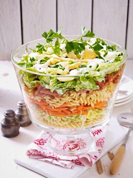 Schicht für Schicht ein Genuss: fruchtiges Obst, würziges Gemüse und gekochter Schinken - eingebettet in eine Soße aus Mayonnaise und Sahne. Unser klassischer Schichtsalat - für das perfekte Grillvergnügen!