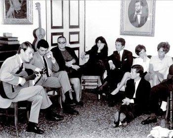 Fabrizio canta per alcuni amici a casa di Lorenza Bozano, fra gli ospiti anche Ave Ninchi e Anna Magnani, Genova 1966