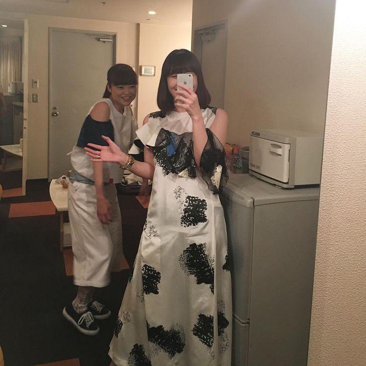 「一緒に撮ろう、と言ったら、弓木さんが変な海老みたいな小刻みに震えるダンスを踊りながらフレームインしてくれました。レコーディングからツアーと、ずっと一緒にいた上での感想…へ、変な子! (笑) でもめちゃかっこよくて渋いギタープレイをありがとう!」