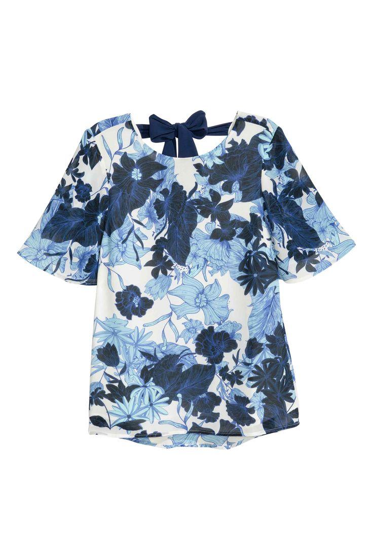 Шифоновая блузка: Блузка с коротким рукавом из шифона с набивным рисунком. На блузке глубокий треугольный вырез сзади, завязки сзади сверху. На подкладке.