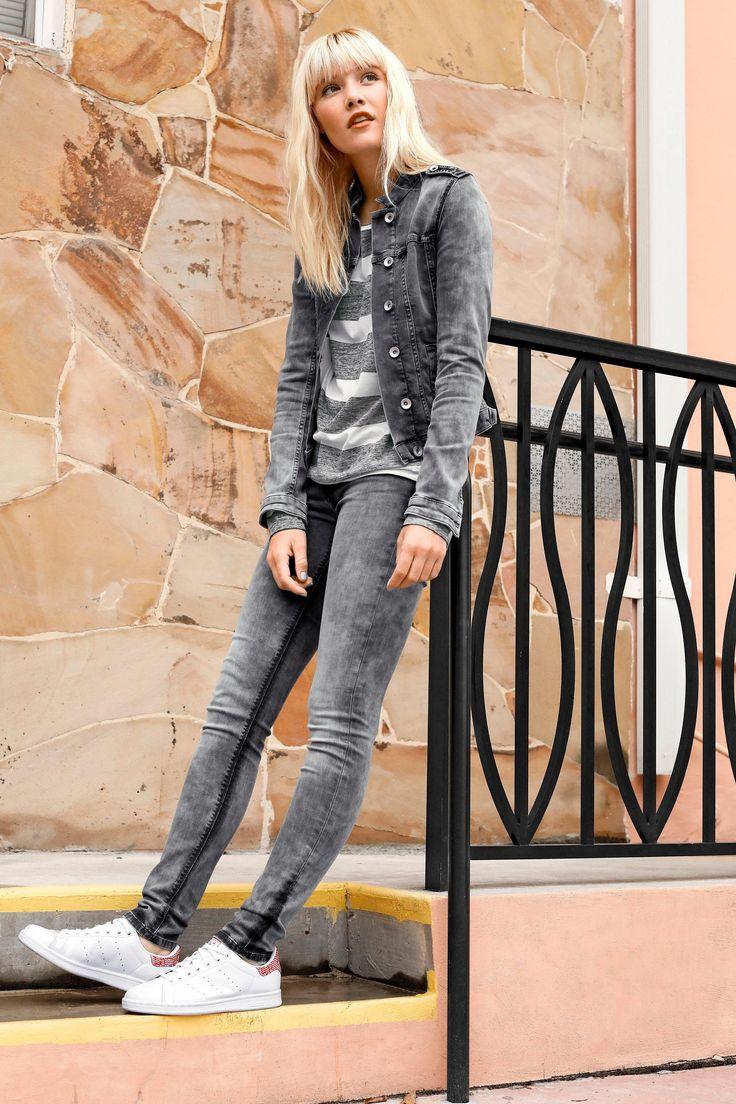 Gibt es ein Gesetz, dass der Demin-Style immer blau sein muss? Hier ein Vorschlag für ein außergewöhnlich cooles Outfit im klassischen Grau. Die Skinny-Fit und die Jeansjacke im Military-Look kombinierst du am besten mit dem Shirt in Blockstreifen – mit der Rucksacktasche setzt du Farbakzente.