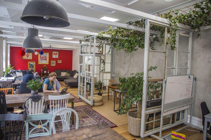 Co-living där 55 entreprenörer, digitala nomader och kreatörer delar på en stor bostad på 1100 kvm. Uppdelat på 4 våningsplan finns gemensamma kök, vardagsrum, meditationsrum, bokningsbara rum samt 33 sovrum (eller snarare små lägenheter). De boende är självorganiserade i ett community vars syfte är att skapa en trygg plats där människor kan växa i sitt …