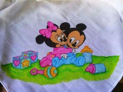 Fralda de bebé pintada à mão.