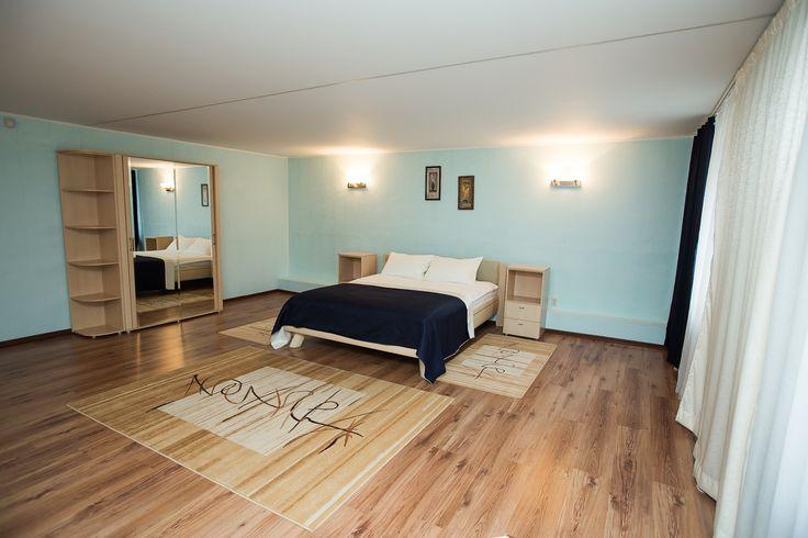 Люкс Комфортабельный трехкомнатный номер (130 кв. м.): гостиная, две спальни, ванная комната с инфракрасной сауной и душевой кабиной, большая кухня, оснащенная всей необходимой кухонной техникой . К Ващим удобствам:  Бесплатный WiFi Телевизор Гостиный yголок Электрический чайник Кухня Душ Туалет Инфракрасная сауна