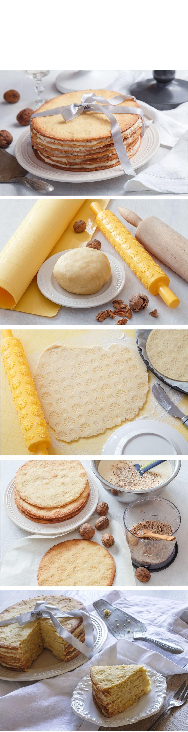Zdobicí váleček využijete nejen na marcipán, ale krásný reliéf s ním vytvoříte třeba i na sušenkový dort. Recept najdete na našem blogu.