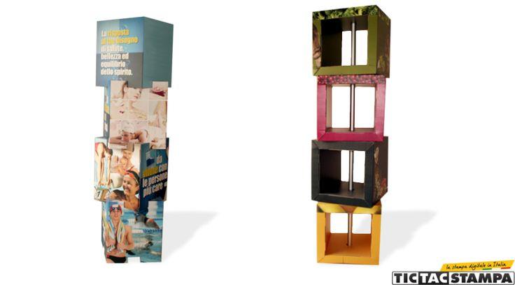 Totem pubblicitario composto di cubi in cartone, personalizzabile e dal prezzo economico.