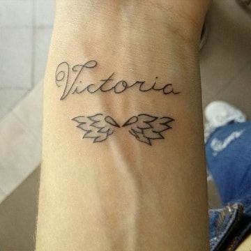 Preciosos Significados De Tatuajes De Nombres Con Alas Tatuajes De Nombres Tatuajes Tatuaje En Todo El Brazo