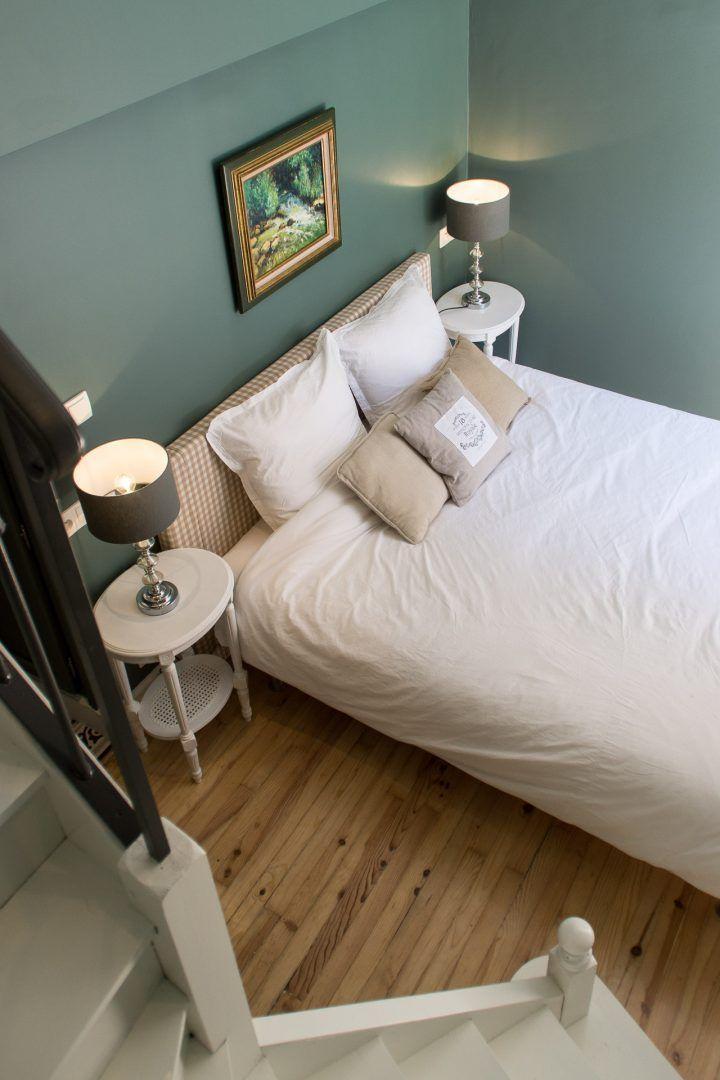 La chambre d'hôtes Pont d'Avignon offre la possibilité d'accueillir 4 personnes. Elle est aménagée sur 2 niveaux, le premier avec un grand lit en 160 cm ainsi que la salle de bain et son WC et l'autre sur la mezzanine accessible par un escalier avec un lit en 140 cm. La chambre bénéficie d'une charmante …