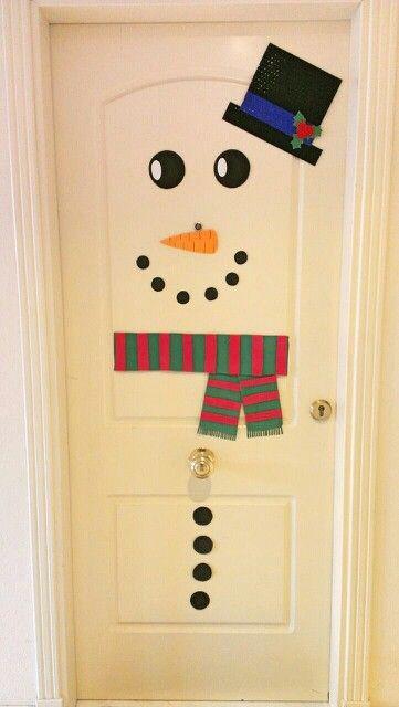 Puerta decorada con muñeco de nieve hecho de goma eva