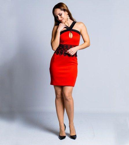 Vestido curto, com corte justo e de cor vermelha com detalhes aplicações em renda preta. Um vestido casual e elegante, que pode ser utilizado nos mais diversos contextos.  Tem decote cruzado e com uma pequena abertura, assim como detalhes em renda que realçam a cintura. Combina na perfeição com salto alto, realçando a tua beleza natural. A cor vermelho vivo aliada ao design elegante e chamativo torna esta peça perfeita para aquelas ocasiões em que te queres destacar!