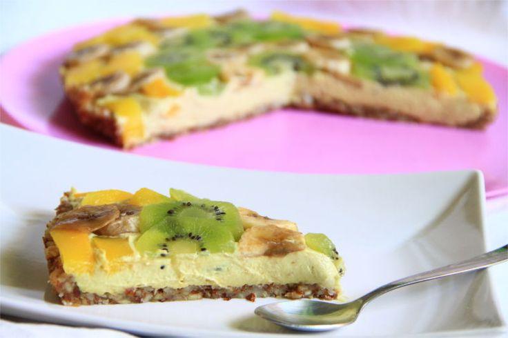 Una fetta in primo pianoi di crostata crudista, sullo sfondo il resto del dolce.