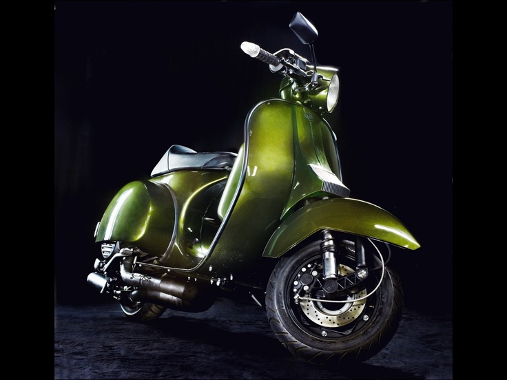 Gorgeous totally custom Vespa PX 220. Too beautiful to race.