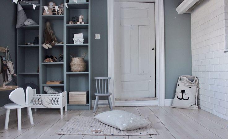 Att välja färg till väggarna är inte det lättaste och är en av de vanligaste frågorna vi får från våra kunder när de ska göra sina val i sina nya bostäder. Det är svårt att föreställa sig hur mörk eller ljus färgen blir när den väl sitter på väggen. Ljusinsläpp, textilier och övrig inredning påverkar så klart hur nyansen upplevs. Ta då hjälp av experterna!
