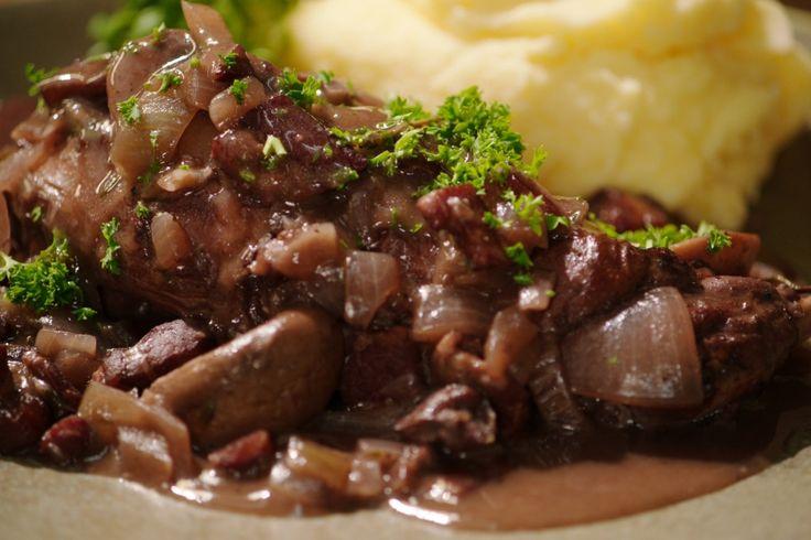 Vandaag maakt Jeroen 'konijn au vin', een variatie op het klassieke Franse gerecht. Het is gemakkelijk om te maken en omdat alles in één pot wordt bereid, heb je niet te veel afwas.