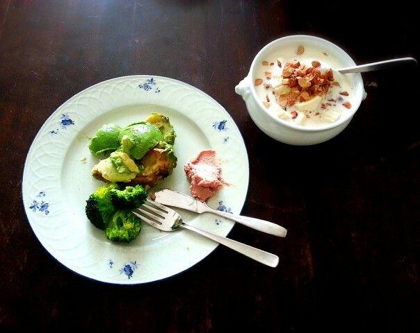 【Brunch】 バナナとナッツのオートミール ボイル野菜とアボカドのサラダ レバーペースト