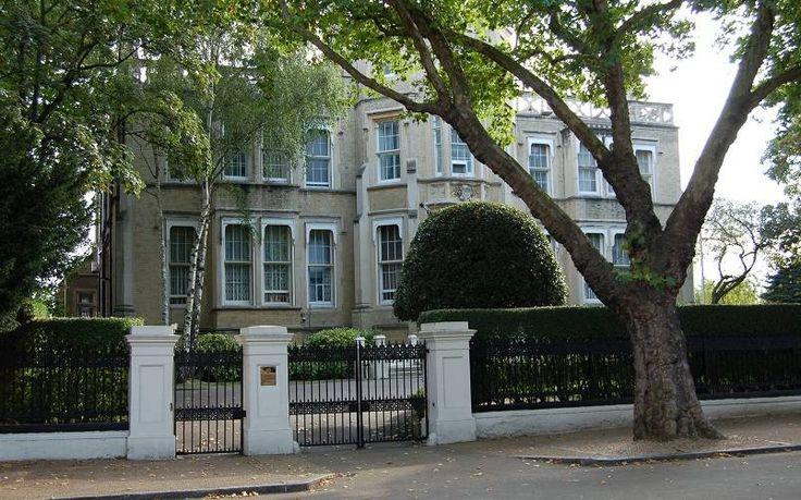 Kensington Palace Gardens. Rumah ini milik Roman Abramovich, seorang miliuner Rusia dan pemilik investasi Millhouse LLC. Abramovich sebenarnya lebih terkenal sebagai pemilik klub Liga Inggris, Chelsea. Untuk masalah harga, rumah ini sendiri adalah USD 140 juta atau sekitar Rp1,96 triliun dan terdapat di London, Inggris. Tepatnya terletak di London's Billionaires Row, ia memiliki fasilitas lapangan tenis, pusat kesehatan, serta museum kendaraan, yang semuanya terletak di bawah tanah.