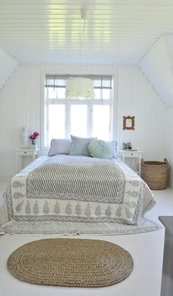 DUSE TONER: Lyst og herlig soverom. Lampen er fra Ikea, mens ...