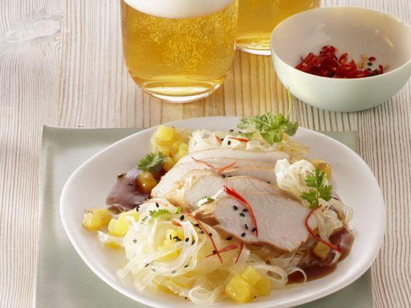 Pochiertes Hühnchenfleisch mit Reisnudeln und Ananas ist ein Rezept mit frischen Zutaten aus der Kategorie Hähnchen. Probieren Sie dieses und weitere Rezepte von EAT SMARTER!