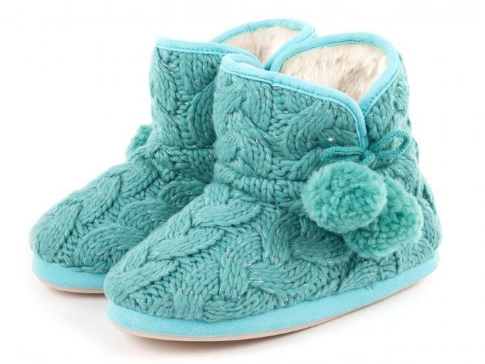 Zapatillas de casa de mujer tipo bota australiana realizada en punto de lana y decoradas con dos borlones de lana en el lateral.