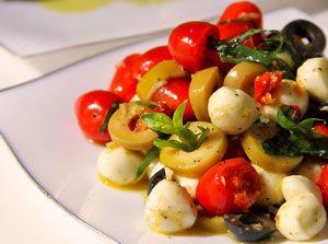 Рецепт №1: Салат с моцареллой и помидорами с базиликом