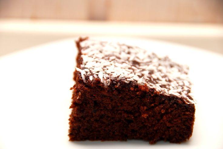 Opskrift på verdens bedste chokoladekage, der bages med mandler. Chokoladekagen pyntes med glasur og kokos. Jeg synes det er verdens bedste chokoladekage, fordi den bare smager så fantastisk godt, …