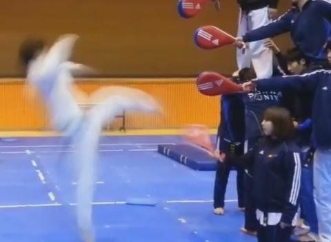 Quadruple kick en Taekwondo [video] - http://www.2tout2rien.fr/quadruple-kick-en-taekwondo-video/