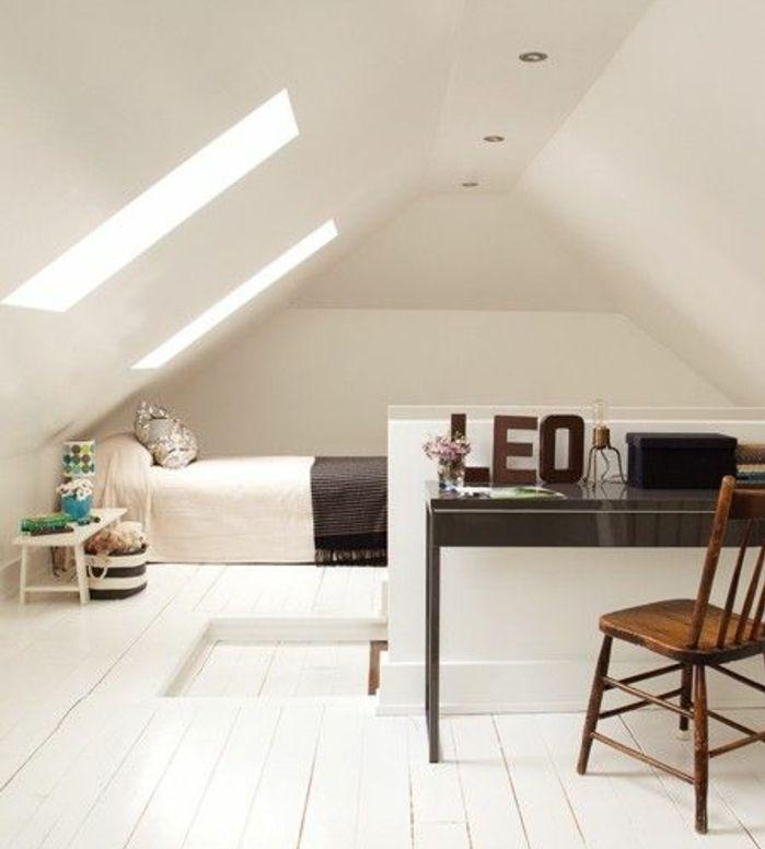 mur couleur blanche, parquet blanc, bureau et chaise en bois, linge de lit blanc, couverture de lit grise, amenager comble, piece mansardée