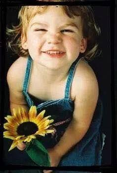 Cosa c'è di più bello Di un sorriso Di quelli che ti aprono il cuore che ti rallegrano la giornata. Può costare un po di fatica nei giorni meno buoni Quando la tristezza viene a farti compagnia ma è una fatica che non costa nulla. Basta sollevare le labbra anche tra le lacrime  Strizzare gli occhi e guardare il mondo. Un sorriso serve a te  A me  A noi. Portalo sempre con te  In tasca nella borsetta e usalo più che puoi.  Perché a ogni sorriso che fai mille ne riceverai e allora il mondo si…
