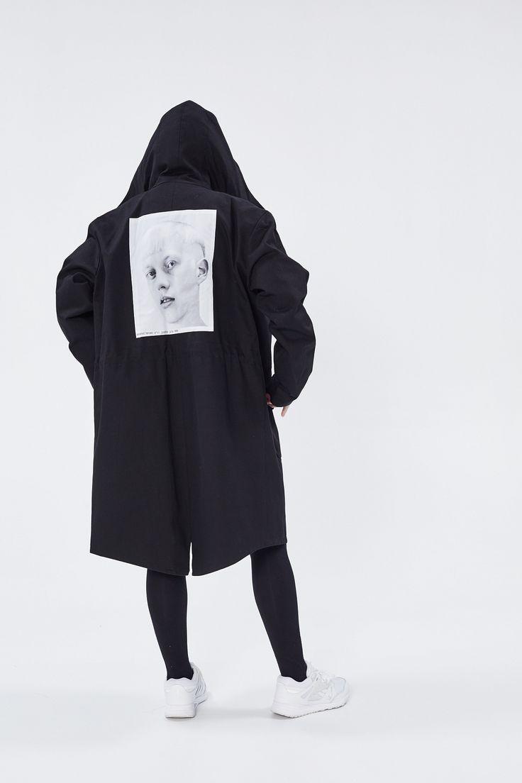 """<span style=""""background-color: #ffffff;"""">В 1999 году Дэвид Симс снял кастинг к показу Raf Simons, и в свет вышел редкий альбом «Isolated Heroes». А в 2016 появилась капсульная коллекция по мотивам этих фоторабот. Толстовки, футболки и сумки из капсулы – настоящие произведения искусства. Эта парка из денима привлечет максимум внимания, поэтому носите ее с простыми вещами.</span>"""