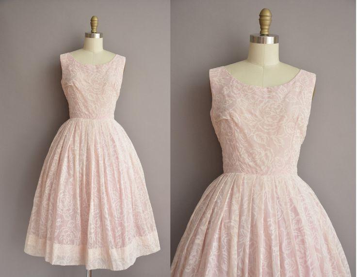 Super leuke vintage jaren 1950 roze chiffon jurk met een licht roze print, ronde hals met een meest vleiende uitgerust bodice, buste Darten en een nipped taille past, volledige rok, kant metalen rits sluiting.  ✂---M E EEN S U R E M E N T S--- best past: medium  Bust: 37 Taille: 28 heupen: open fit totale lengte: 44  materiaal: chiffon voorwaarde: uitstekend _______________________________ ☆ Bezoek de winkel ☆ http://www.etsy.com/shop/simplicityisbliss _______________________________ ☆ Kom…