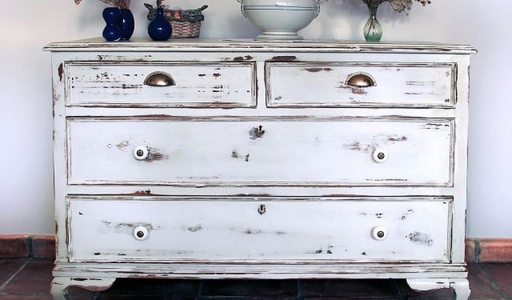 ¿Quieres convertir un mueble corriente y aburrido en un mueble de aire antiguo? Una de las técnicas sería dándole a la madera aspecto decapado.Existen va