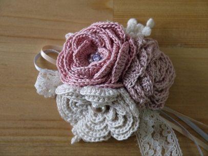 あっこです。  リカちゃんが以前「春色コサージュ♪」でアップしていた大き目の巻き薔薇。  さすがリカちゃん、かわいい~!! そして2号針とは思え...