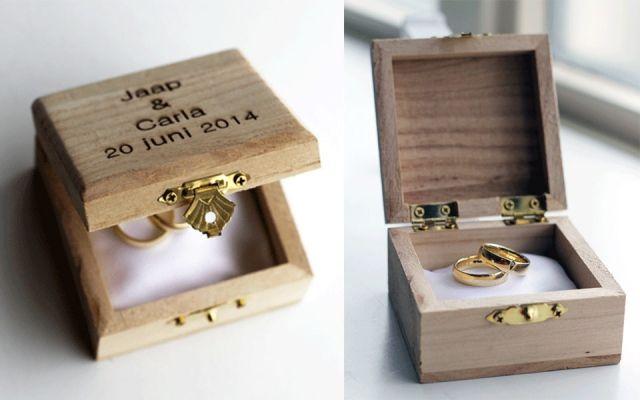 Kistje met namen erop voor ringen