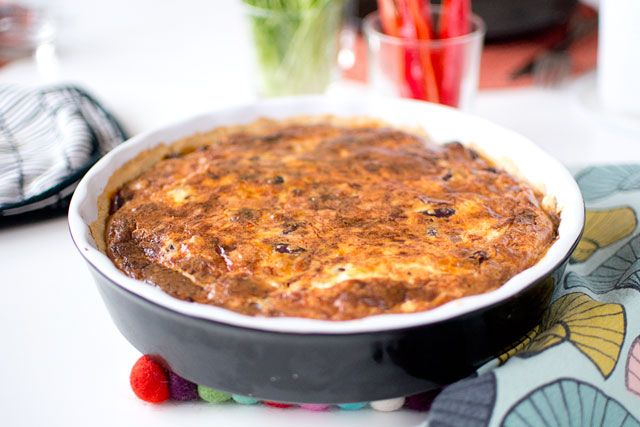 """Engelsmännens kidney pie lyser med sin frånvaro, likheten i namnet till trots. Här har du en helt vegetarisk matpaj, som är """"köttig"""" på ett sätt som verkligen få vegetariska rätter annars är. Tänk köttfärspaj, fast vegetarisk. En fullträff, om jag får säga det själv. Pajdeg och sen inte bara en utan två fyllningar kan kännas …"""