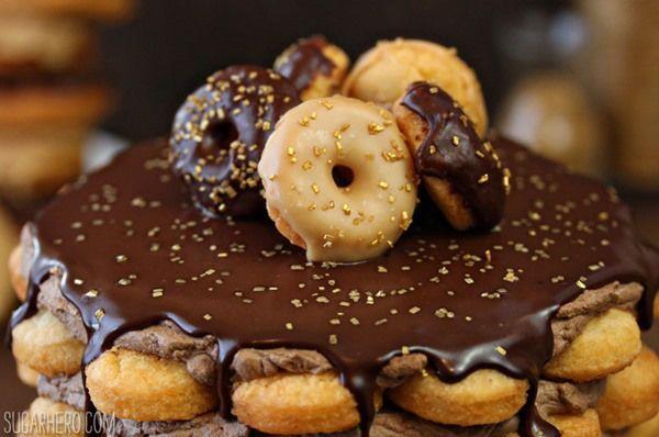Kobliha dort s Mocha šlehačkou | Od SugarHero.com