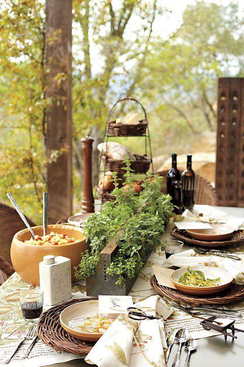Vasinhos com ervas e cestas de pães